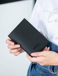 <fifth/フィフス> Edit Sheenエンボスロゴシリーズ パスポートケース